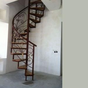Металлическая винтовая лестница в дом